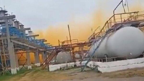 Ukrayna'da azot fabrikasında patlama: Gökyüzü turuncu dumanla kaplandı - Sputnik Türkiye