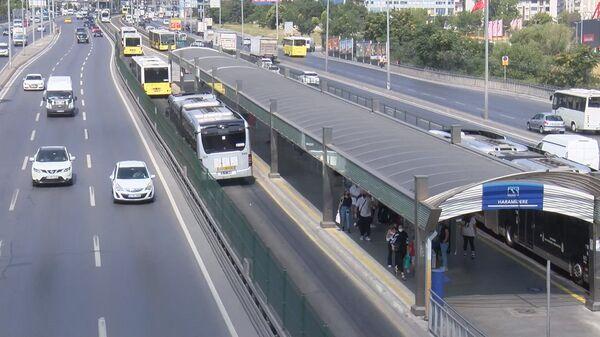 Metrobüs yolunda asfalt eridi - Sputnik Türkiye