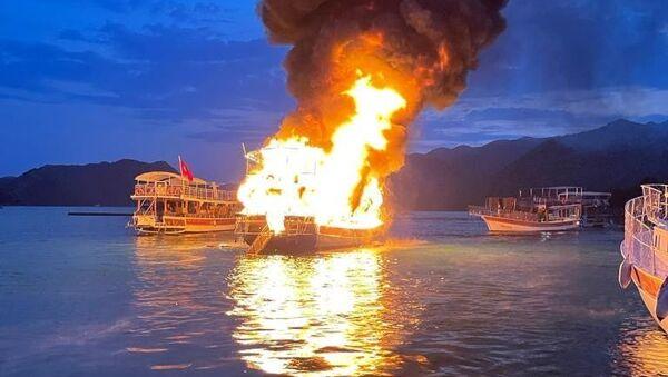 Antalya'nın Demre ilçesinde, 17 metrelik bir tur teknesi alev alev yandı - Sputnik Türkiye