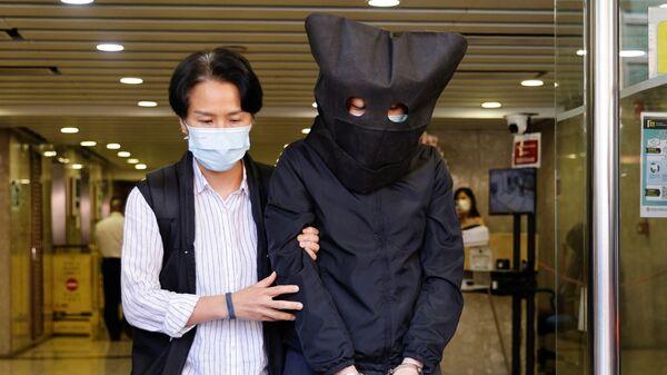 Hong Kong'da gözaltına alınan Konuşma Terapistleri Genel Sendikası'nın 5 üyesinden birinin polis tarafından kelepçelenerek ve kafasına siyah kukuleta geçirilerek götürülmesinin görüntüleri servis edildi. - Sputnik Türkiye
