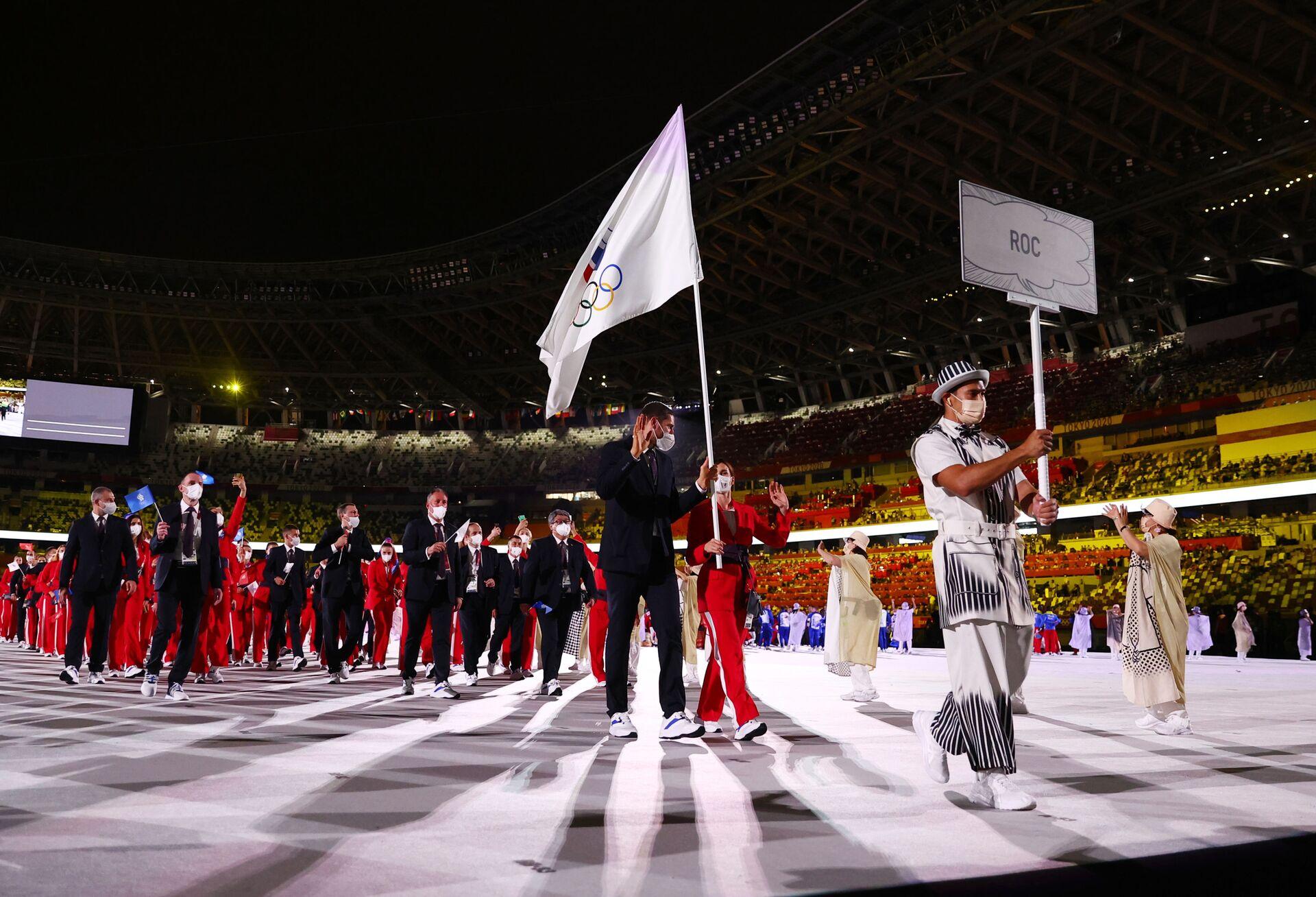 Rusya bayrağı veya marşının çalınması yasak olduğu oyunlarda 335 Rus sporcu ROC adı altında bağımsız olarak boy gösterecek. Rus sporcular oyunlar sırasında üzerinde Rusya bayrağı bulunan olimpiyat sembolü olan ROC sembolünü kullanabilecek. Rusya'yı temsil eden hiçbir sembol hiçbir şekilde oyunlarda kullanılmayacak. - Sputnik Türkiye, 1920, 10.08.2021