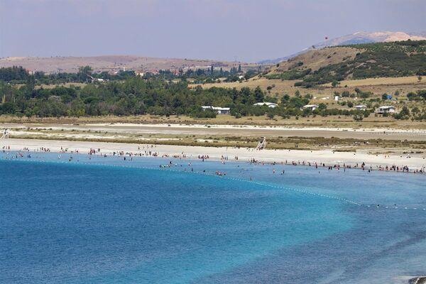 Yüzmek için izin verilen halk plajı ve tabiat parkı bölgesinde ise bazı ziyaretçiler göle girdi. Öte yandan doğaya zarar verecek davranışların önüne geçmek amacıyla jandarma, polis ve görevli ekipler tarafından denetimler sıklaştırıldı. Vatandaşlar, sık sık uyarılarak göl çevresinde alınan kurallara uymaları isteniyor. Jandarma atlı birlik ekipleri de sahilde devriye geziyor. - Sputnik Türkiye