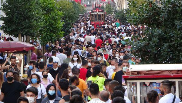 Kurban Bayramı'nın son gününde vatandaşlar Taksim Meydanı'nı hınca hınç doldurdu. - Sputnik Türkiye