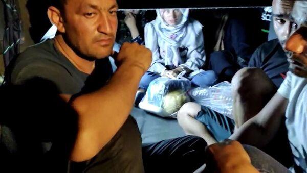 Gaziantep'te otoyolda mola veren bir otobüste arama yapan jandarma ekipleri 11 Afganistan uyruklu sığınmacıları otobüsün bagajında yakaladı. - Sputnik Türkiye