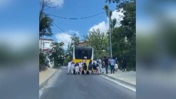 Sarıyer'de arızalanan İETT otobüsünü yolcular itti - Sputnik Türkiye