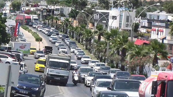 Bodrum'da tatil dönüşü yoğunluğu: Bir günde 70 bin araç ilçeden çıkış yaptı  - Sputnik Türkiye