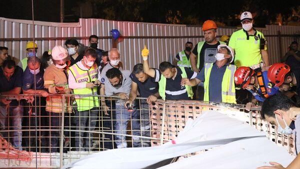 İzmir'in Balçova ilçesinde otomobilin metro inşaatındaki 25 metrelik boşluğa düşmesi - Sputnik Türkiye