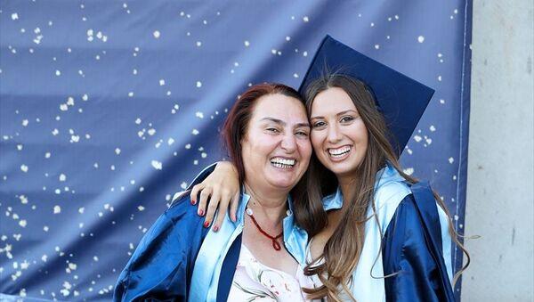 Aynı üniversiteden mezun olan avukat Rüyam Ağaoğlu ile kızı Dide Irmak - Sputnik Türkiye