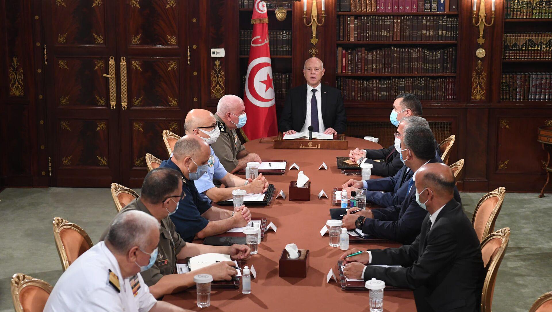 Tunus'un başkenti Tunus'ta askeri komuta kademesi ve güvenlik yetkilileriyle bir araya gelen Tunus Cumhurbaşkanı Kays Said - Sputnik Türkiye, 1920, 26.07.2021