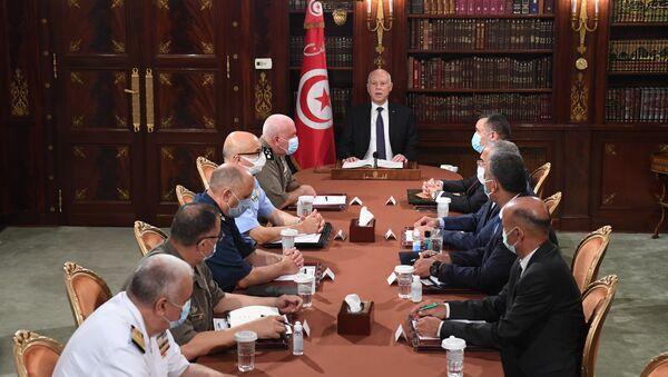Tunus'un başkenti Tunus'ta askeri komuta kademesi ve güvenlik yetkilileriyle bir araya gelen Tunus Cumhurbaşkanı Kays Said - Sputnik Türkiye