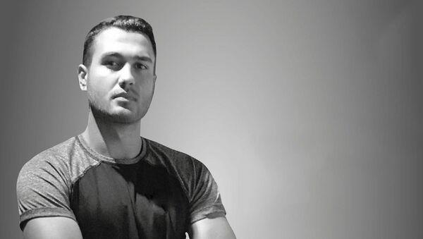 İzmir'in Karşıyaka ilçesinde spor antrenörü olduğu öğrenilen Batuhan Kerimoğlu evinde hayatını kaybetti. 21 yaşındaki genç antrenörün evinde spor yaparken kalp krizi geçirdiği öne sürüldü. - Sputnik Türkiye