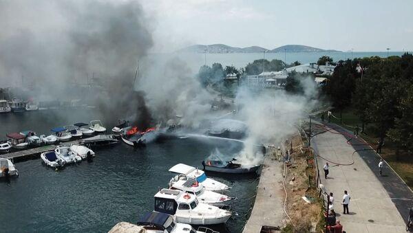 Maltepe Sahili'nde tekneler yandı - Sputnik Türkiye