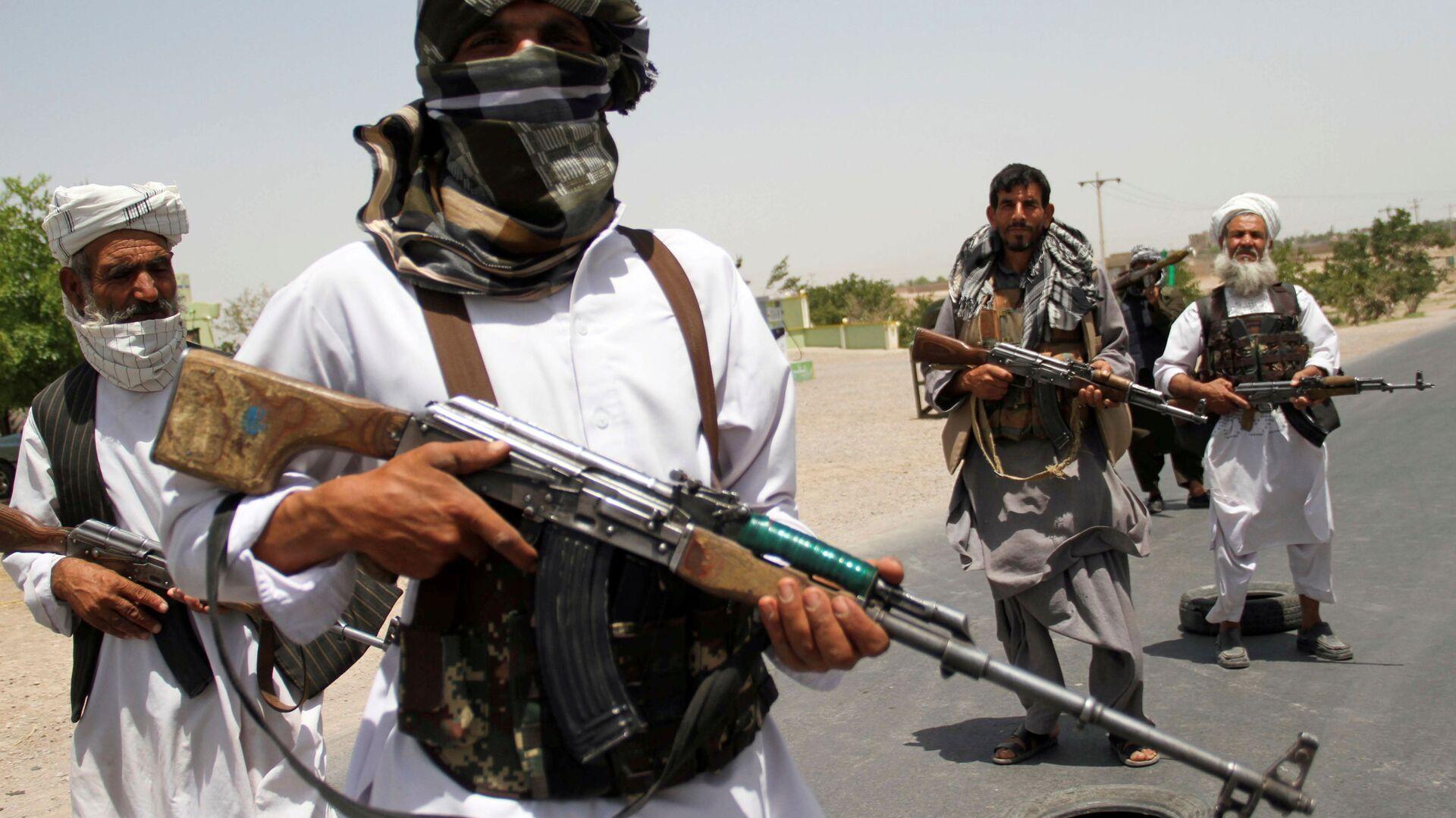 Afgan hükümet güçlerine destek veren eski mücahitler, Herat vilayetinin dışında Taliban'a direnmeye çalışırken - Sputnik Türkiye, 1920, 03.08.2021