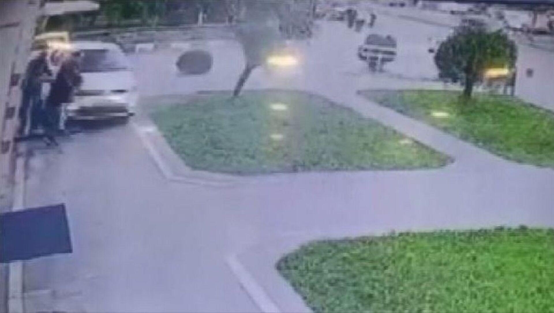ATM'de işlem yapan 3 kişinin otomobil altında kalmaktan kurtulma anı - Sputnik Türkiye, 1920, 27.07.2021