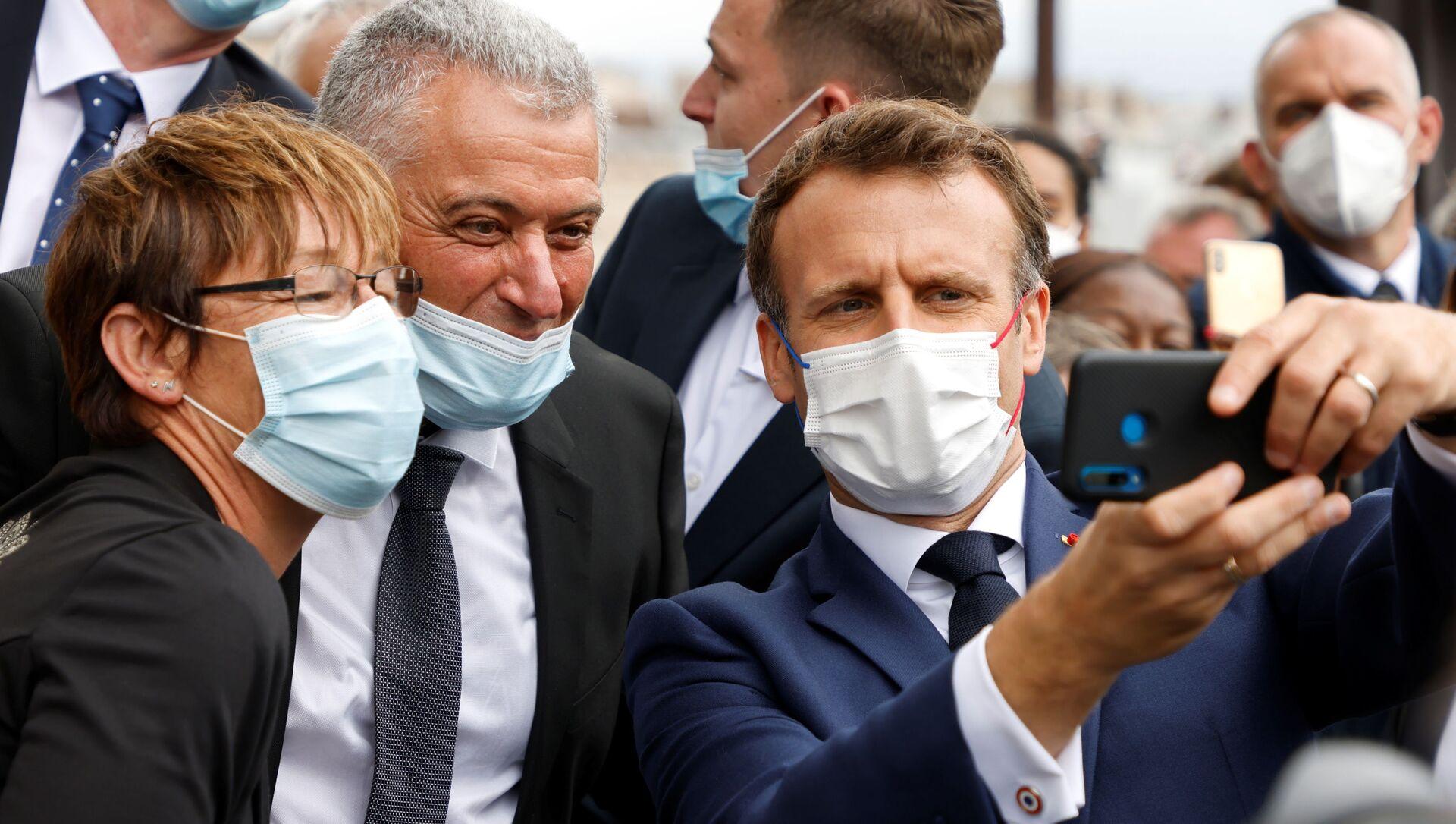 Emmanuel Macron, Champs-Elysees'deki Bastille Günü askeri geçit töreninde selfie çekerken - Sputnik Türkiye, 1920, 27.07.2021