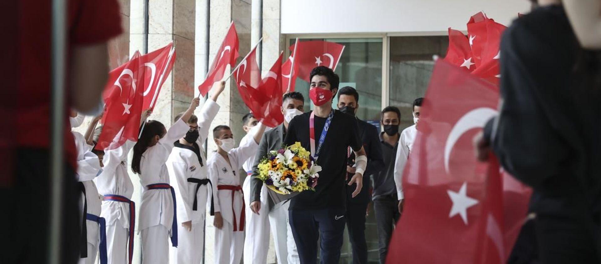 Milli tekvandocu Hakan Reçber, Ankara'da çiçeklerle karşılandı - Sputnik Türkiye, 1920, 27.07.2021