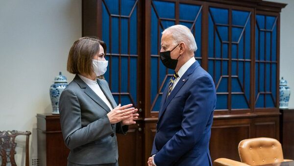 Biden, Belaruslu muhalif lider Tihanovskaya ile Beyaz Saray'da görüştü - Sputnik Türkiye