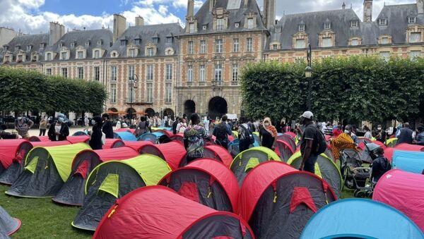 Fransa'nın başkenti Paris'teki turistik alanlardan Vosges Meydanında 400 kadar evsiz, 'onurlu barınma' isteğiyle çadır kurdu. - Sputnik Türkiye