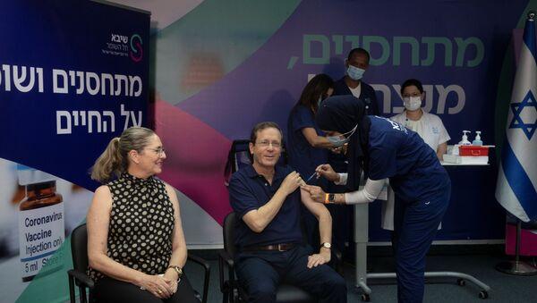 Koronavirüsün Delta varyantına karşı üçüncü doz aşı kampanyası başlatan İsrail'de üçüncü dozu ilk yaptıran Cumhurbaşkanı Isaac Herzog oldu. - Sputnik Türkiye