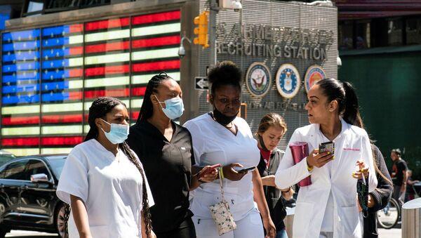 New York'ta Delta varyantı yüzünden Kovid vakaları yeniden artarken Times Meydanı'nda maskeyle dolaşılıyor. - Sputnik Türkiye