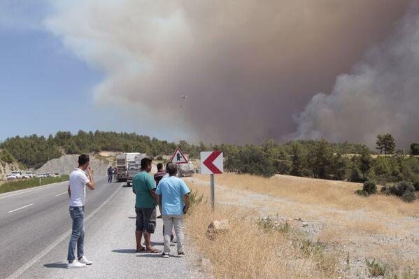 Vatandaşlar yangın söndürme çalışmalarını meraklı gözlerle izledi. - Sputnik Türkiye