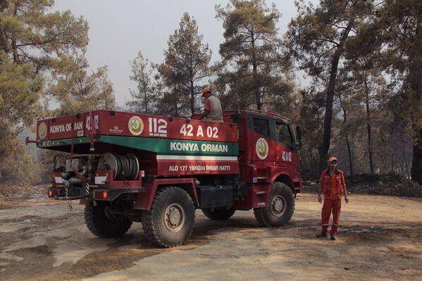Yangın söndürme ekipleri gün boyu alevleri söndürmek için çalıştı. - Sputnik Türkiye