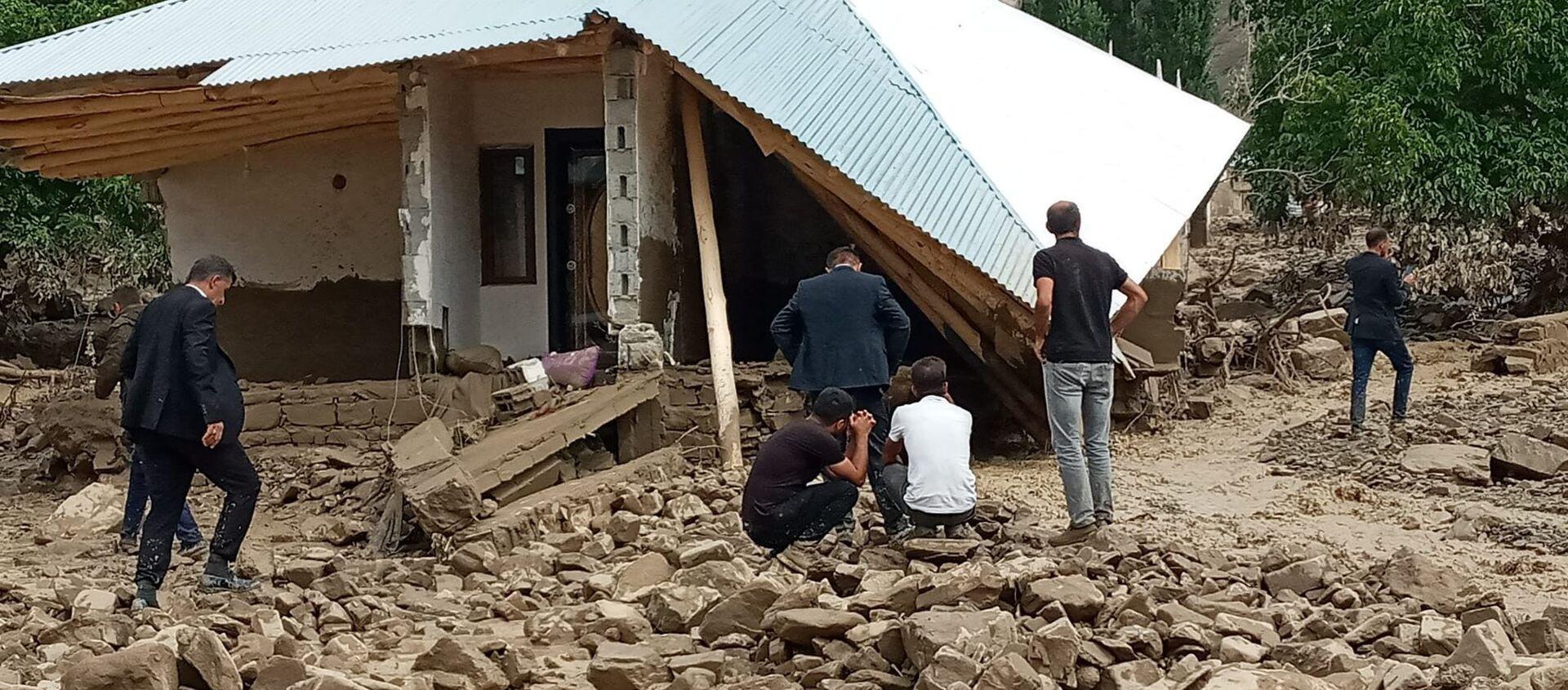 Van'ın Başkale ilçesinde aniden bastıran sağanak nedeniyle meydana gelen sel onlarca yapıyı yıkarken, sulara kapılan bir kadın ise son anda kurtarıldı. - Sputnik Türkiye, 1920, 31.07.2021