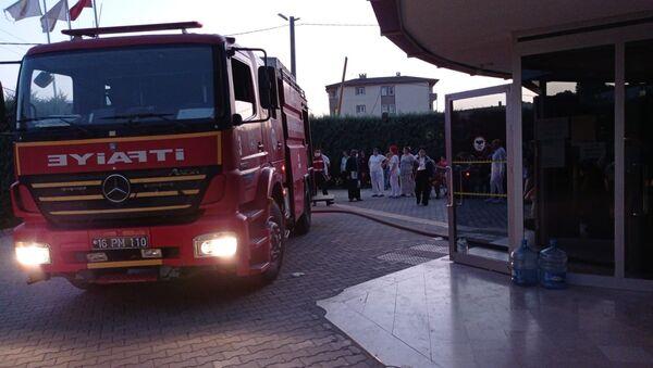 Bursa'nın İnegöl ilçesinde bir özel rehabilitasyon merkezinde hastaların yatakhanesinde yangın çıktı. Hastalar tahliye edilirken, yangın itfaiye ekiplerince söndürüldü. - Sputnik Türkiye