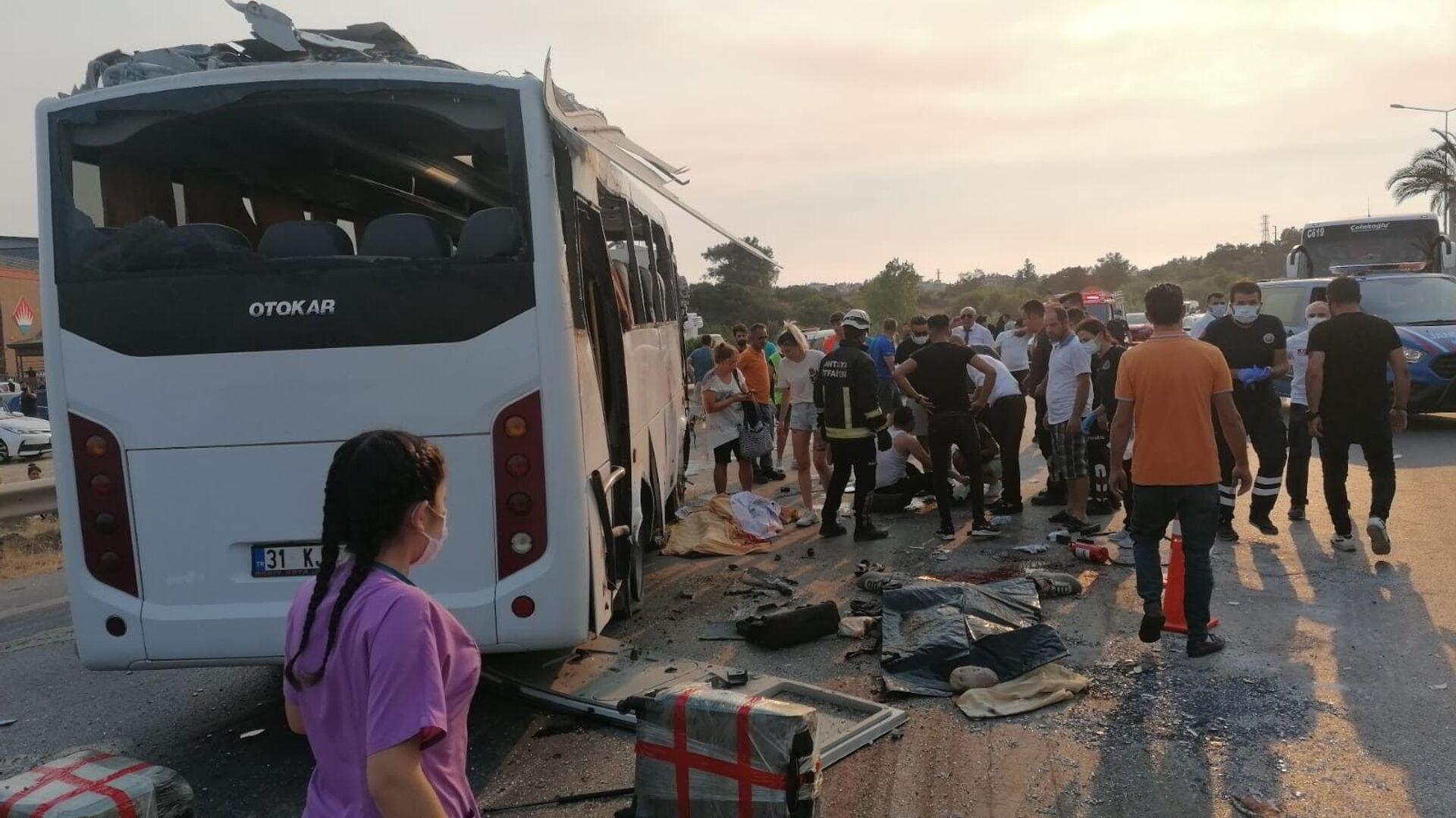 Manavgat'ta havaalanına yolcu taşıyan tur otobüsü kaza yaptı: 4 ölü, 5 yaralı - Sputnik Türkiye, 1920, 02.08.2021