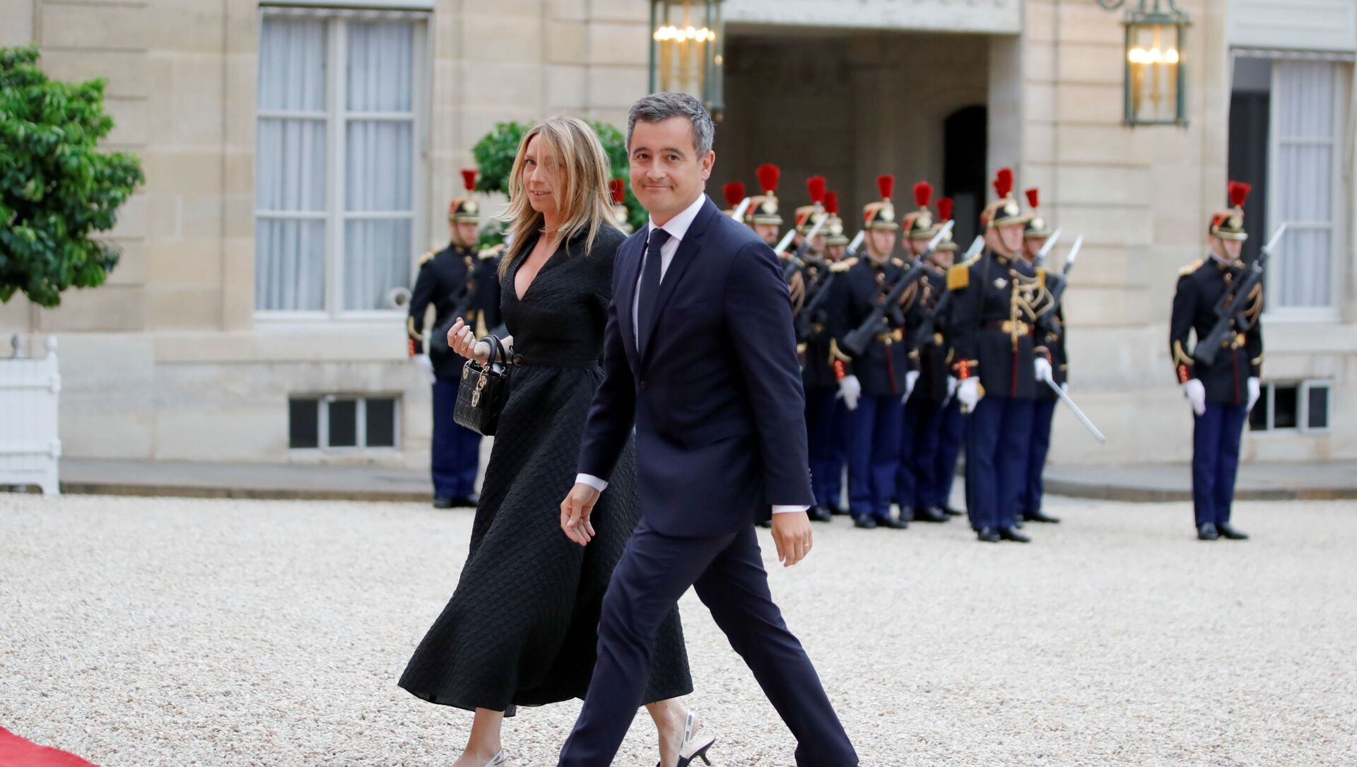 Fransa İçişleri Bakanı Gerald Darmanin ile eşi, Elysee Sarayı'na girerken - Sputnik Türkiye, 1920, 02.08.2021