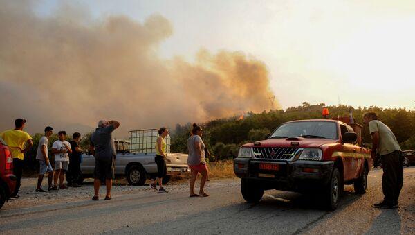 Rodos Adası orman yangını nedeniyle elektriksiz ve susuz kaldı - Sputnik Türkiye