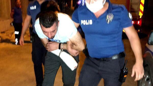 Adana'da karısını ve çocuklarını darp eden erkek kapısı kırılarak girilen evde yakalandı  - Sputnik Türkiye