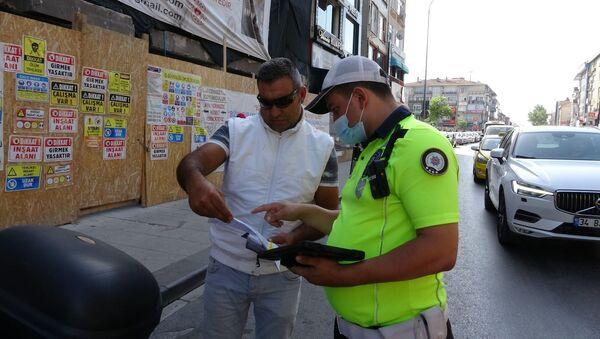 Denetimde, motosikletinin muayenesini geciktirdiği tespit edilen bir sürücüye para cezası kesildi.  - Sputnik Türkiye