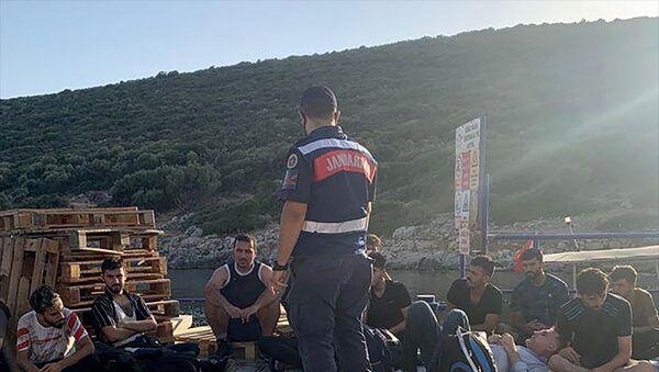 İzmir'in Urla ilçesinde yasa dışı yollarla yurt dışına çıkma hazırlığında olan 19 düzensiz göçmen yakalandı. - Sputnik Türkiye