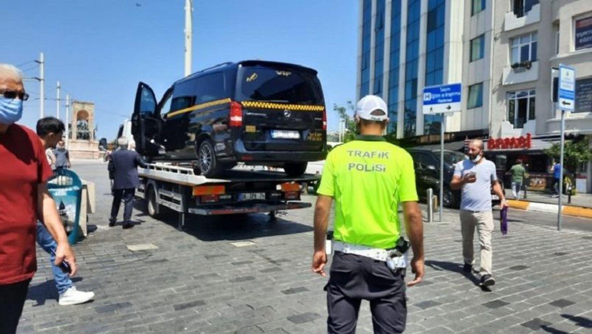 Turistlerden fahiş ücret isteyen minibüs taksi, Taksim - Sputnik Türkiye, 1920, 04.08.2021