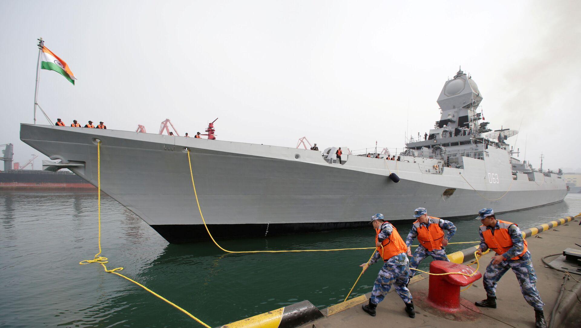 2019'da Çin Halk Kurtuluş Ordusu Donanması'nın kuruluşunun 70. yıldönümü törenlerine katılmak için Qingdao limanına demirleyen Hindistan savaş gemisi INS Kolkata  - Sputnik Türkiye, 1920, 04.08.2021