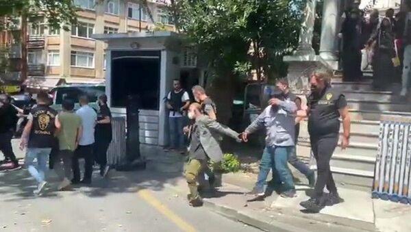 Taksim Meydanı'nda dilendirilen 26 çocuk, gelen ihbar üzerine polis ekipleri tarafından kurtarılarak koruma altına alındı. Çocukları dilendiren yabancı uyruklu 13 kişi ise gözaltına alındı. - Sputnik Türkiye