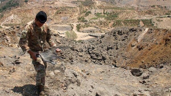 Lübnan'ın İsrail sınırındaki bölgeye düzenlenen İsrail hava saldırılarından arta kalan mühimmatı inceleyen Lübnan askeri - Sputnik Türkiye