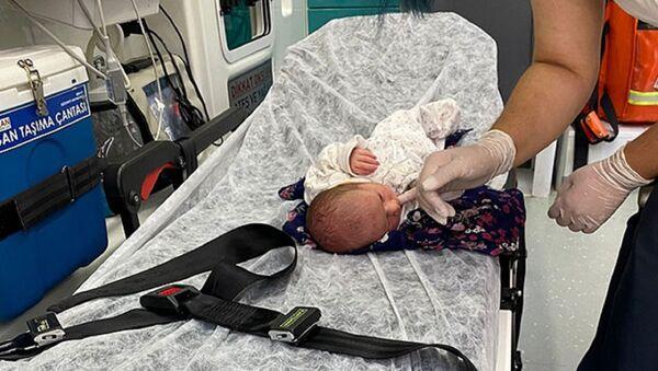 Bursa'nın Orhangazi ilçesinde çiftçiler, poşet içinde yol kenarına çalılıkların arasına atılmış 3 günlük olduğu tahmin edilen kız bebek buldu. - Sputnik Türkiye