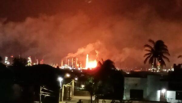 Meksika'nın devlet petrol şirketi Pemex'e ait bir petrol rafinerisinde yangın çıkarken, metrelerce yükselen alevler halkı korkuttu. - Sputnik Türkiye