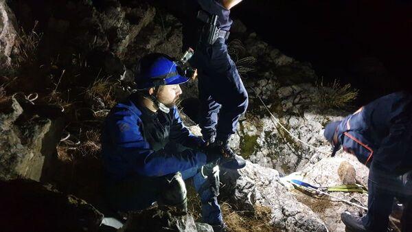 Karaman'da araştırma yapmak için girdiğimağaradamahsur kalan gazeteci, AFAD ekiplerince 8 saat sonra kurtarıldı. - Sputnik Türkiye