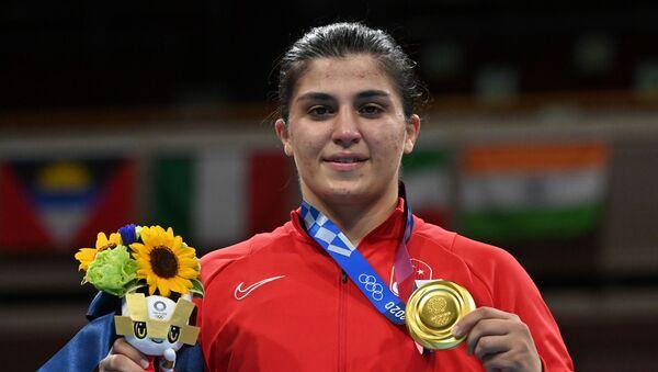 Tokyo 2020 olimpiyatlarında boksta şampiyon olan Busenaz Sürmeneli - Sputnik Türkiye