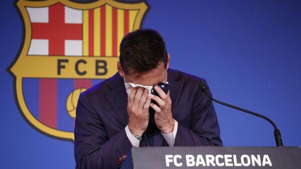 Lionel Messi, Barcelona'ya veda ettiği basın toplantısında ağlarken - Sputnik Türkiye