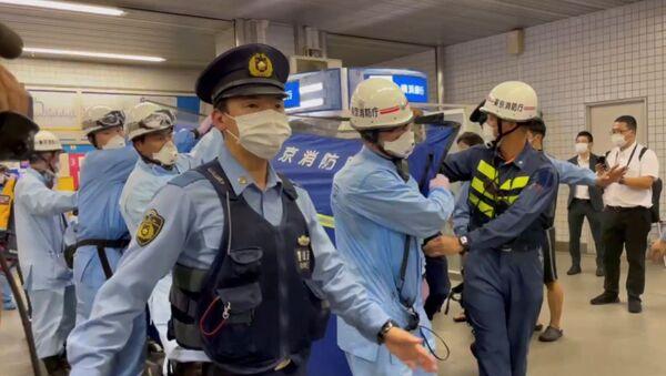 Japonya'nın başkenti Tokyo'da 6 Ağustos'u 7 Ağustos'a bağlayan gece yüksek hızlı trende bıçaklı saldırıya uğrayan 5 erkek ile 5 kadın hastaneye kaldırılırken - Sputnik Türkiye
