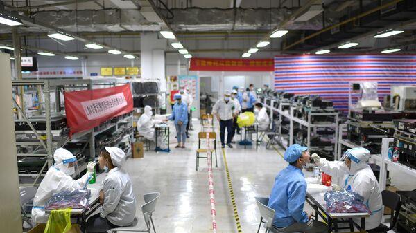 Koronavirüs salgınının (Kovid-19) sıfır noktası olduğu düşünülen Çin'in Vuhan kentinde tespit edilen Kovid-19 vakalarının ardından başlatılan test seferberliği ile kent nüfusunun neredeyse tamamına Kovid-19 testi uygulandı. - Sputnik Türkiye