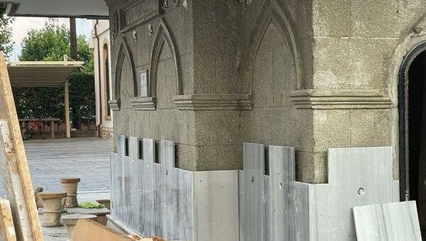 Adapazarı'nda tarihi Orhan Camii'nin avlusundaki taş işçiliği ile yapılan şadırvan, mermer ile kaplanmak istendi. Halkın tepki göstermesi üzerine mermerler sökülerek şadırvan eski haline getirildi. - Sputnik Türkiye