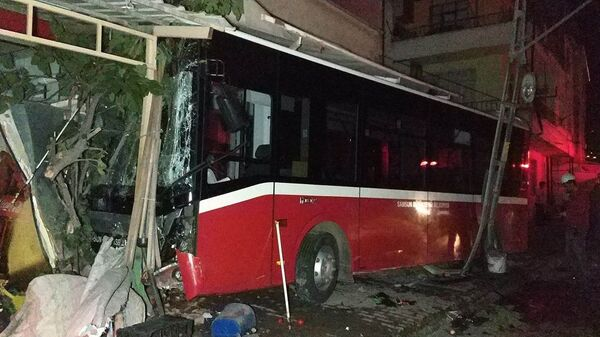 Otobüs markete çarptı - Sputnik Türkiye