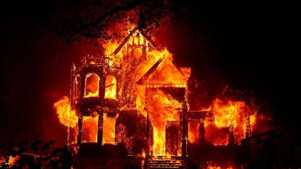 Горящий дом во время природных пожаров в Калифорнии  - Sputnik Türkiye