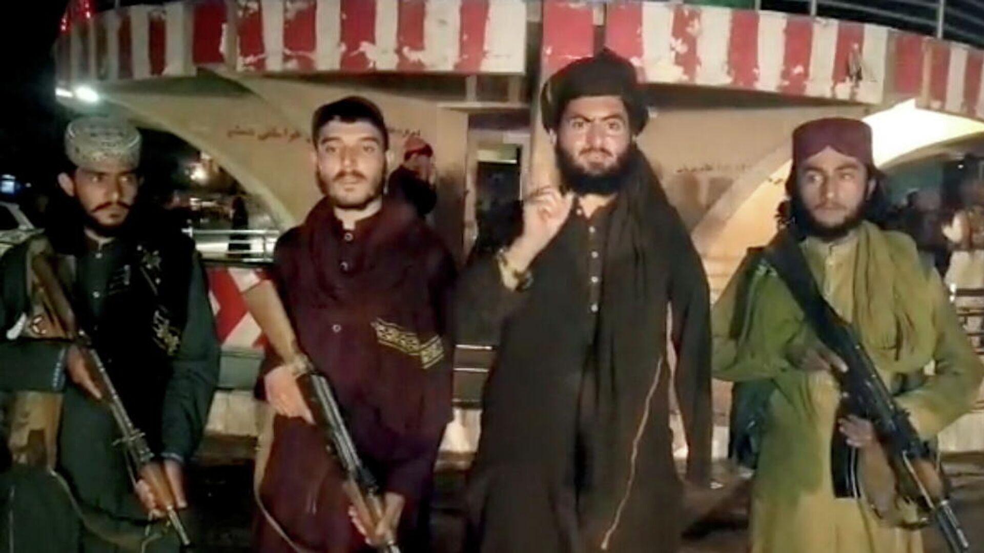 Afganistan'ın Baglan vilayetinin yönetim merkezi Pul-i Humri'yi ele geçiren Taliban militanları açıklama yaparken - Sputnik Türkiye, 1920, 12.08.2021