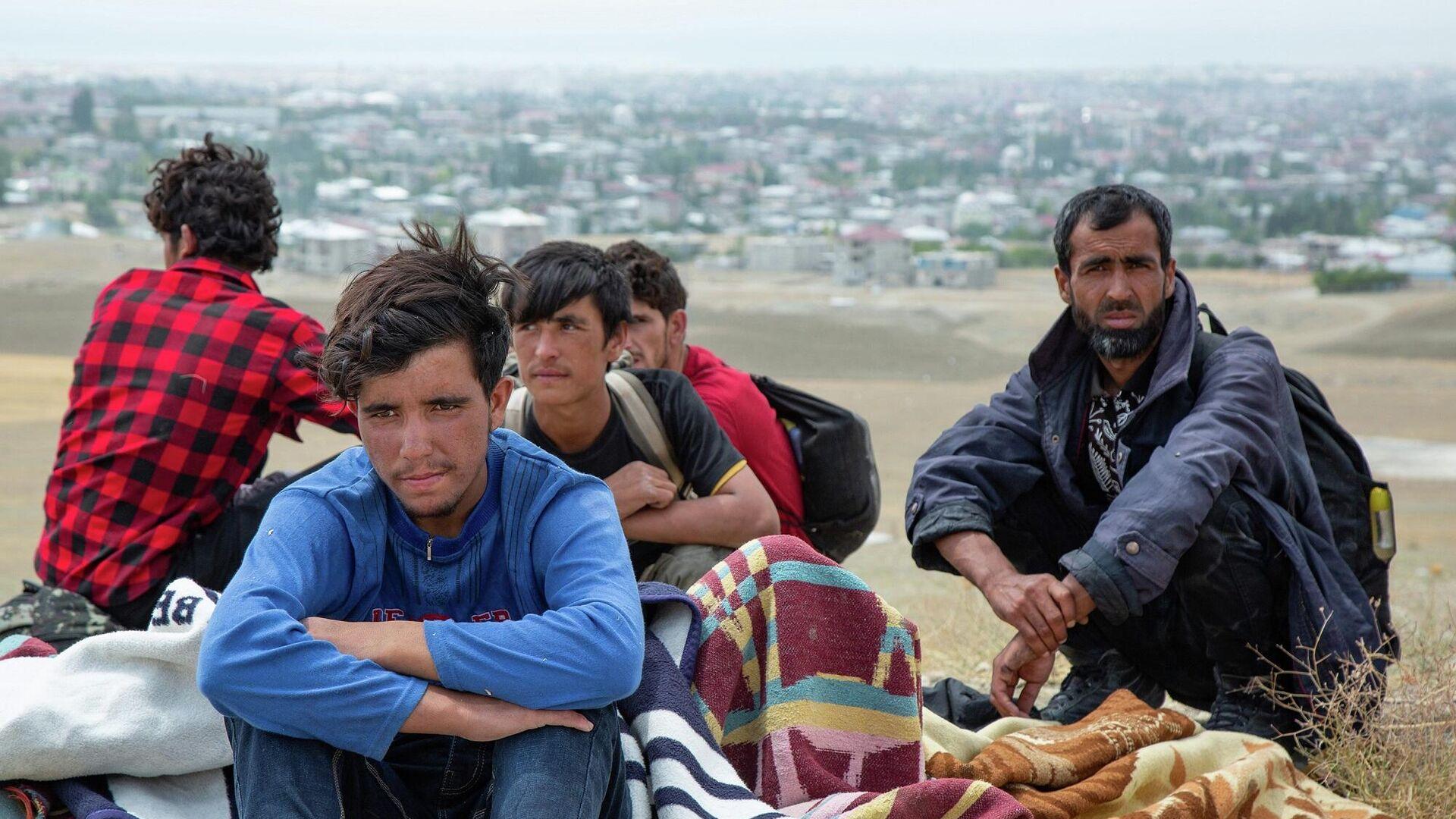 Sınırda önlemlerin arttırıldığı yönünde açıklamalar yapılsa da İran üzerinden Van'a Afgan göçmen trafiği sürüyor - Sputnik Türkiye, 1920, 08.09.2021